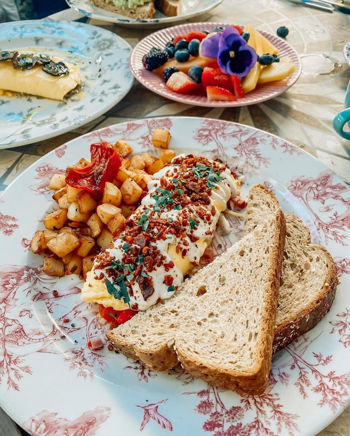 Miami Brunch Hostspot Little Hen in Midtown Miami with Instagrammable location and food carbonara omlette